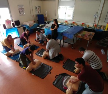 Formation initiale IFSI : un groupe d'étudiants infirmiers accompagnés de 2 formateurs de l'IFPS de La Roche/Yon (85) travaillent l'amélioration de la PEC des patients en situation d'urgence vitale
